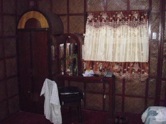 Niu &#39;Ohana Boracay Garden Resort: old fashioned dresser