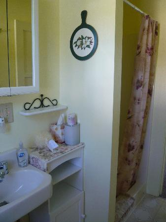 Eaglemount Rockery Cottages: Cottage C bathroom