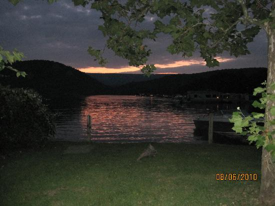 Lake Raystown Resort and Lodge: Sunset view from our cabin yard