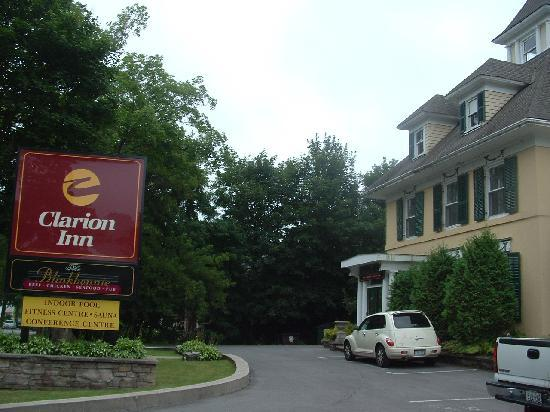 Clarion Inn and Conference Center Gananoque: front of motel