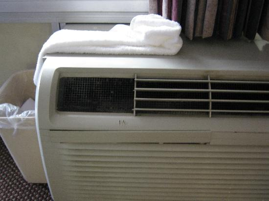 Howard Johnson Clinton: Unhealthy AC unit