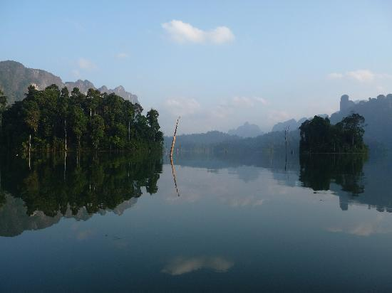 Surat Thani, Tailandia: Chiaw Laan Lake at dawn