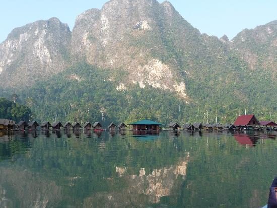 Surat Thani, Tailandia: Chiaw Laan lake floating bamboo rafthouses