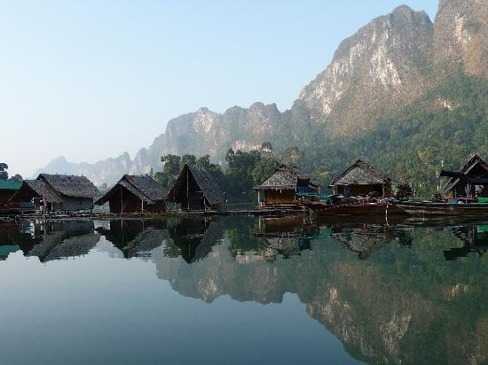 Surat Thani, Thaïlande : Chiaw Laan lake floating bamboo rafthouses