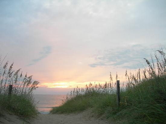Nags Head Beach Inn : Sunrise over the dunes outside the inn
