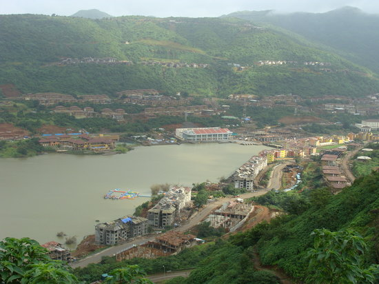 Lavasa, India: view of dasvino club watersport jetty &amp; water fron shaw hotel