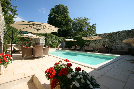 Domaine de Pine: The walled swimming pool