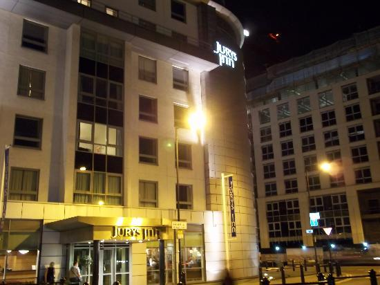 Jurys Inn London Chelsea: Hotel in evening