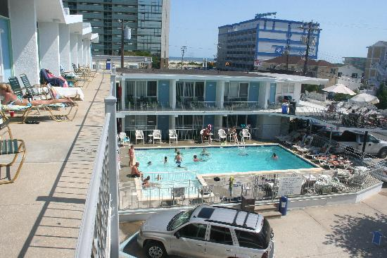 Sea Gull Motel: view from in front of our room on the 3rd floor of the pool and ocean