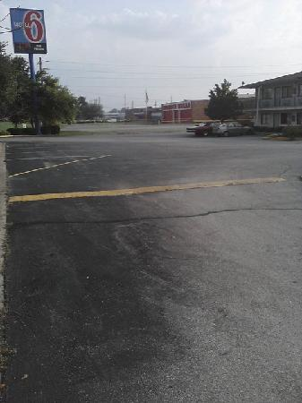 Motel 6 Indianapolis - East: Building on the right is the hotel, accross is the wonder bread outlet