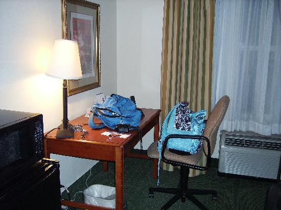Holiday Inn Express Orlando Airport: ref, microwave, work table and a/c