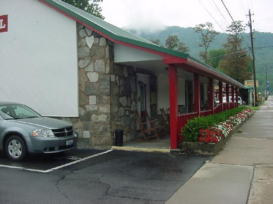 Applecover Inn Motel and RV Park: Comfy seating to enjoy the weather on the porch