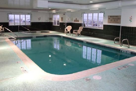 Country Inn & Suites By Carlson, Rochester-Henrietta: Heated Pool and in the background a jacuzzi/spa - heated