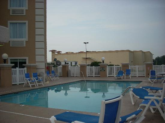 Baymont Inn & Suites Cookeville: Outdoor Pool