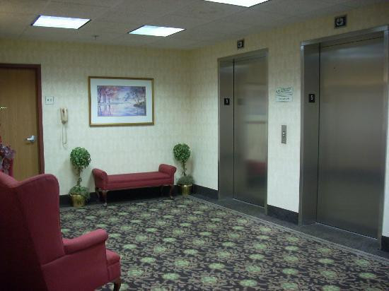 Baymont Inn & Suites Cookeville: Lounge area on each level at the Elevators