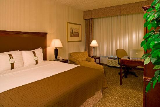 Holiday Inn Denver Lakewood : Comfortable King Guestroom