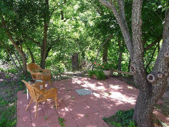 Elm Creek Bed &amp; Breakfast: Front patio facing Elm Creek