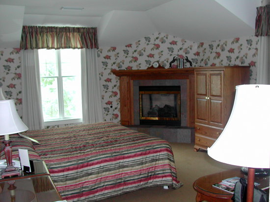 Red Maple Inn Bed & Breakfast: Corner Fireplace Room