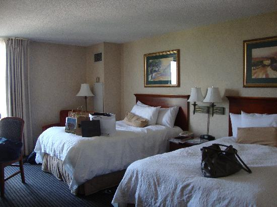 Hampton Inn & Suites Kansas City Country Club Plaza: Comfy beds feel good after a day of shopping