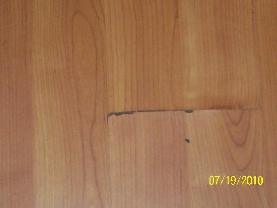 Motel 6 Hattiesburg - Univ Of Southern Ms: Cracked floor