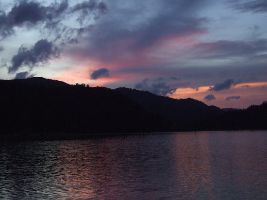 Gerik, Malaysia: Sunset at the lake