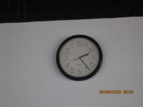 Joet's Guest House: Interesting clock in the shack