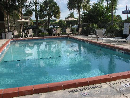 Quality Inn Orlando Airport: Nice clean pool