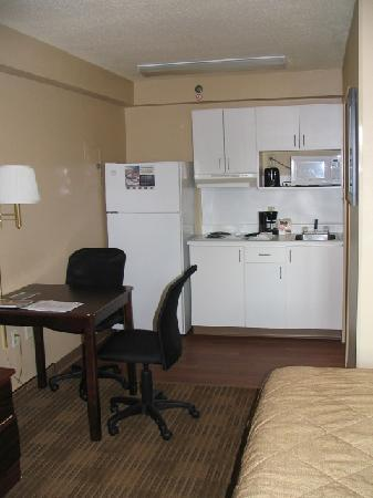 Extended Stay America - St. Louis - Westport - East Lackland Rd.: Kitchen