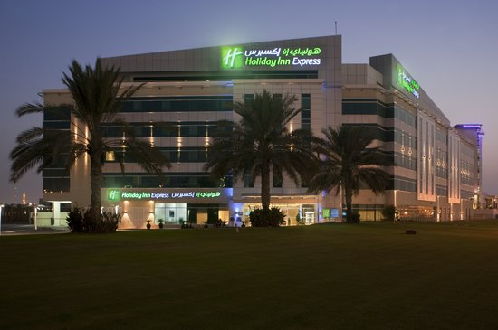 Holiday Inn Express Dubai Airport: Hotel at night