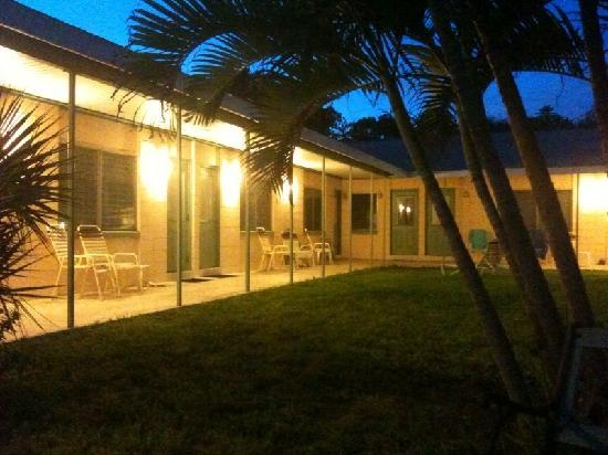 Beau Lido Suites: Front of property at dusk