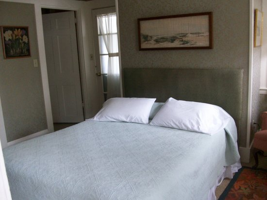 Hawthorn House: bed in first floor guest room