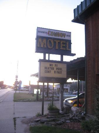 Americas Best Value Dakota Cowboy Inn: Neat-looking, rustic sign
