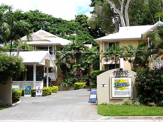 Palm Cove Tropic Apartments: View from Street