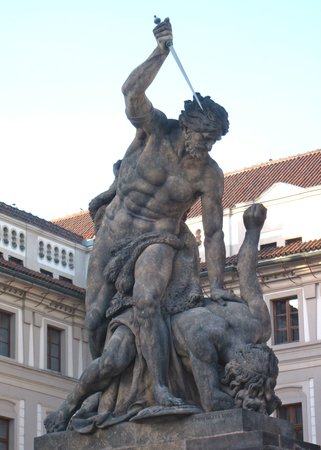 Praga, Republika Czeska: One of many dramatic sculptures