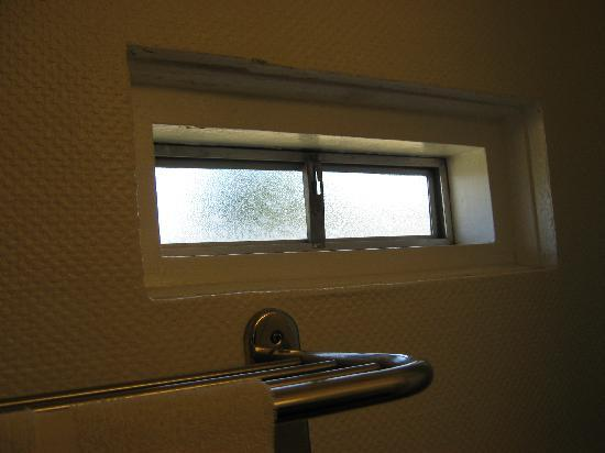 Townsman Inn Larned: Scary prison-style window in bathroom