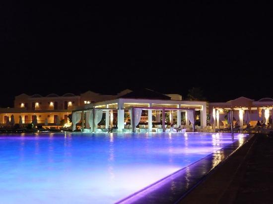 Pelagos Suites Hotel: Pool at night