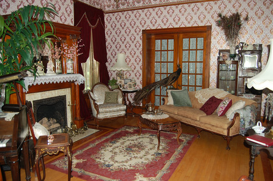 Schuster Mansion Bed & Breakfast: Ladies Parlor