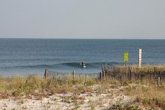 Beach Haven, Nueva Jersey: Looking southeast from our balcony. Note surfer