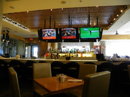 Four Points by Sheraton Calgary Airport: the bar at Rics