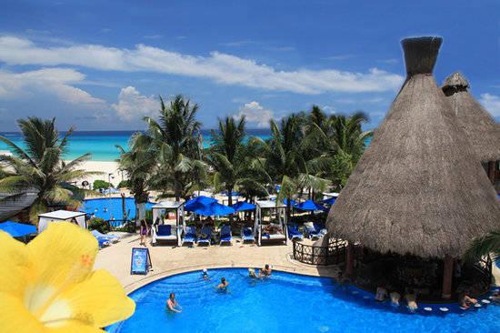 Reef Playacar: swim up bar