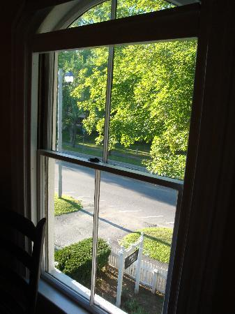 Ardmore Inn: View from Kerrigan's room: Route 4 is right there!