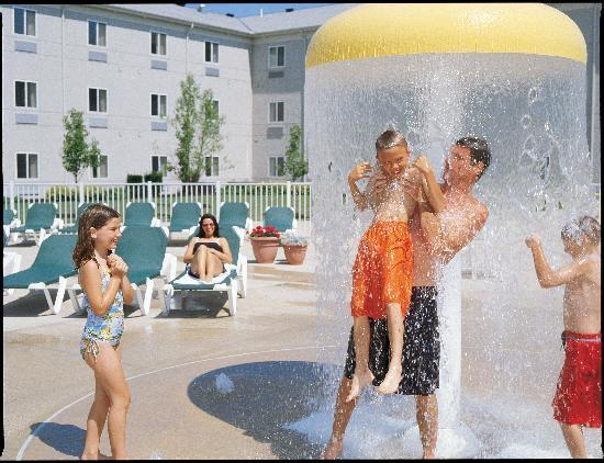 Breakers Express: Enjoy our pool and activity area!