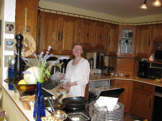 Hemingways By the Sea Bed and Breakfast Inn: Karen preparing breakfast during last year's stay