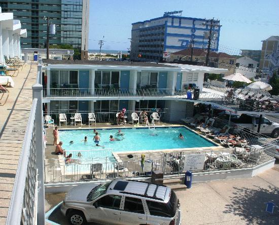 Sea Gull Motel: View from our room of the pool and ocean