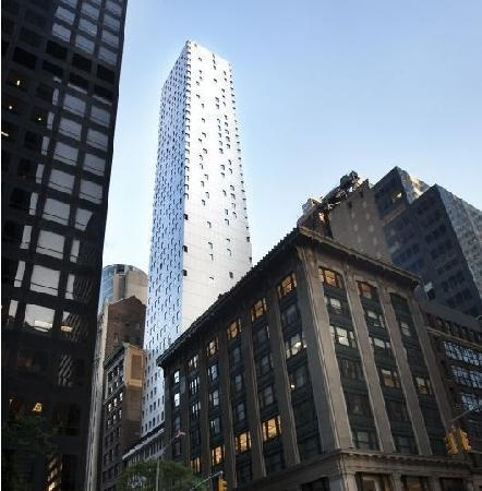 Cassa Hotel 45th Street New York: Looking at hotel from 6th Avenue