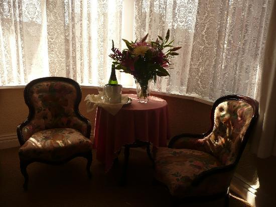 The North Crest Hotel: Champagne and flowers in spacious room.