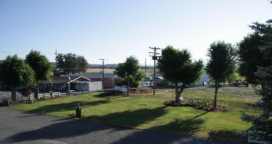 Rim Rock Motel: Park and Sitting Garden