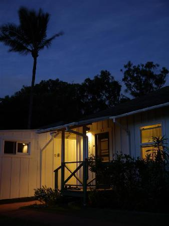 Banyan Bed and Breakfast: Our cottage on a breezy Makawao evening.