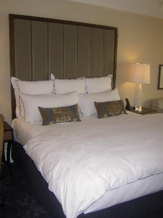 The Surrey: King Bed- room 1107 -Grand Deluxe Salon
