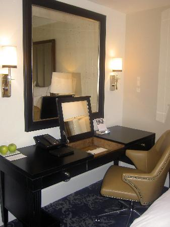 The Surrey: Desk- room 1107 -Grand Deluxe Salon